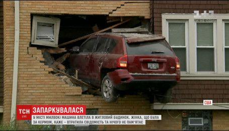 У США жінка на автомобілі зачепила бордюр і влетіла в стіну двоповерхової будівлі
