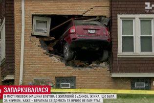 """Американка """"припаркувала"""" машину в стіні двоповерхового будинку"""
