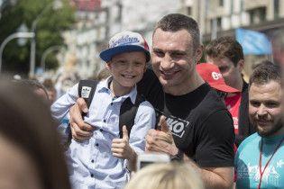 Спортсмени, діти і Кличко: як кияни бігали столицею до Дня міста