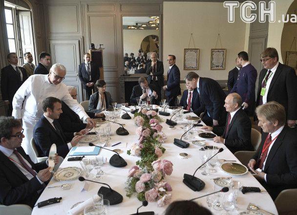 Рукостискання та ніякові усмішки. Як Макрон зустрів Путіна у Версалі