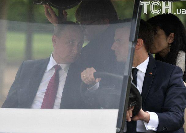 Лукавые улыбки: как Макрон Путина на машине для гольфа возил