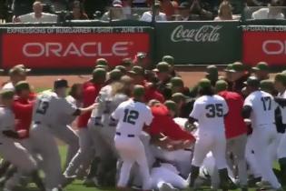 Під час матчу професійних бейсбольних команд в США відбулася грандіозна бійка