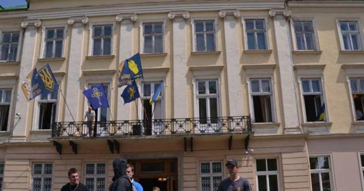 Фото з місця сутичок @ ГУ НП у Львівській області