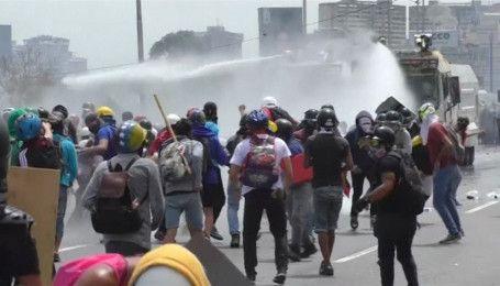 Улицы венесуэльской столицы вновь заполнили водометы и слезоточивый газ