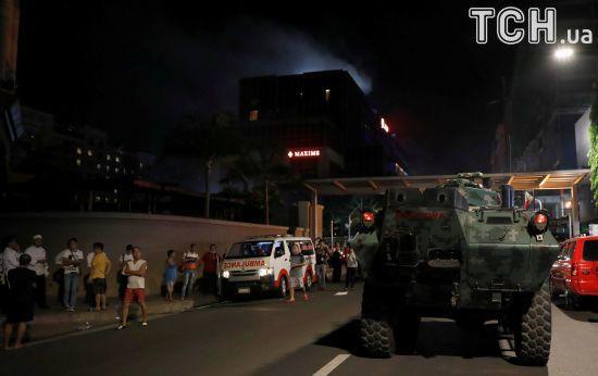 Пожежа, силовики та пожильці в халатах: з'явилися фото нападу бойовиків на готель на Філіппінах