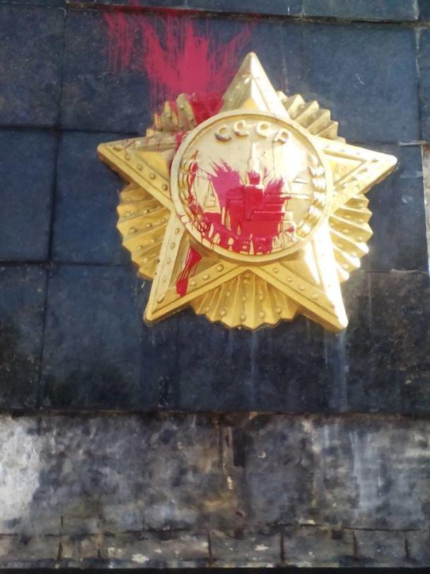 Во Львове вандалы облили красной краской Монумент Славы
