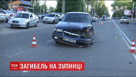 Легковий автомобіль через ДТП вилетів на зупинку і на смерть роздавив жінку