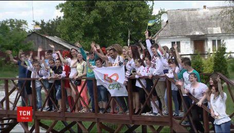 Іноземні волонтери, які приїхали вчити школярів англійської мови, роз'їхались Україною