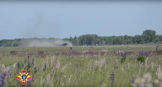 У Мережі з'явилося захопливе відео з навчань курсантів-льотчиків