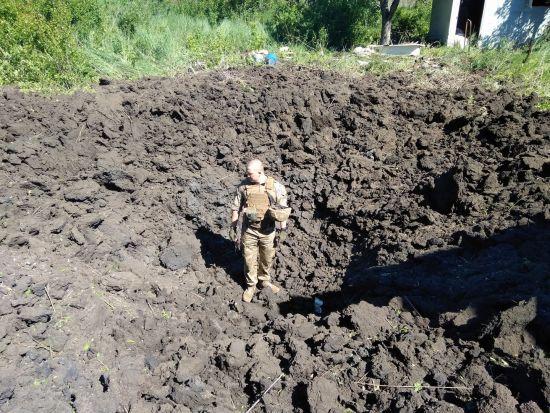 """""""Привіт із молодої республіки"""": у штабі АТО показали страшні вирви від снарядів бойовиків біля Авдіївки"""