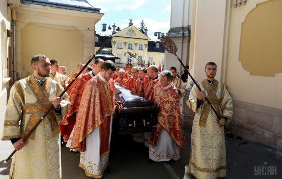 Натовпи вірян і хід під блакитним небом: як у Львові прощалися з Любомиром Гузаром