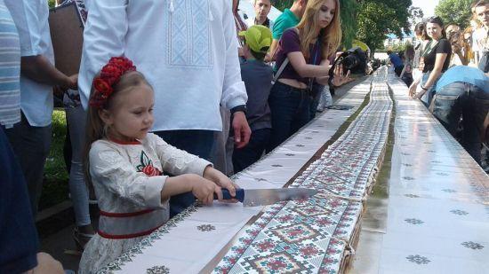 У Тернополі спекли рекордний торт-вишиванку завдовжки майже 103 метри