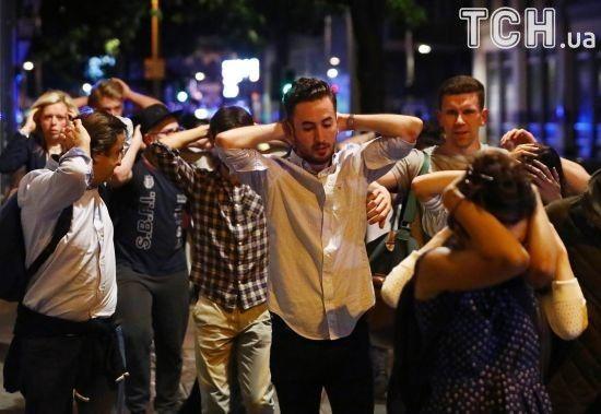 У Лондоні з території, де сталися теракти, людей виводять із піднятими над головами руками