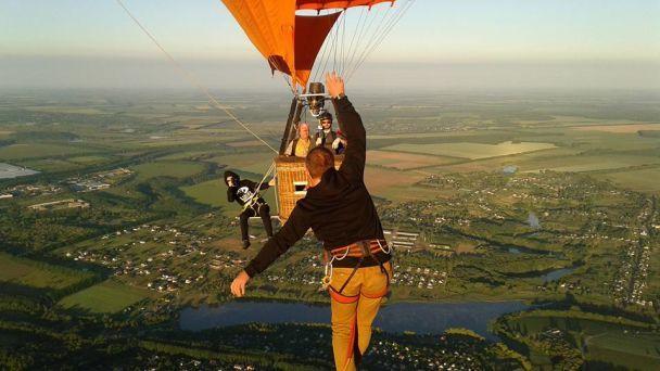 Украинский хайлайнер прошел по стропе между двумя воздушными шарами на высоте 660 метров