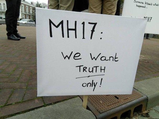 """""""Хотим правды"""". Под судом ООН в Гааге собрались родственники погибших в катастрофе MH17"""