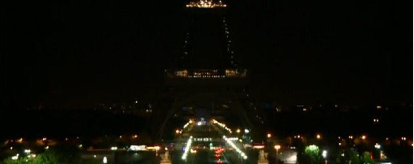 На Эйфелевой башне погасят огни в знак уважения к жертвам терактов в Тегеране