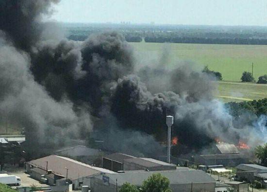 У Броварах під Києвом масштабно спалахнули склади з паливом, у небо здійнявся чорний стовп диму