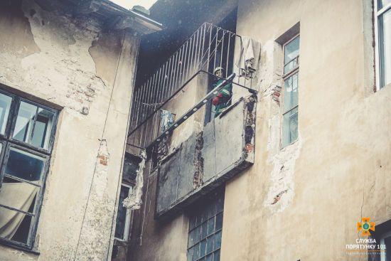 На Тернопільщині в будинку обвалився балкон, є постраждалі