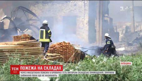 В Броварах сгорели сотни квадратных метров складских помещений