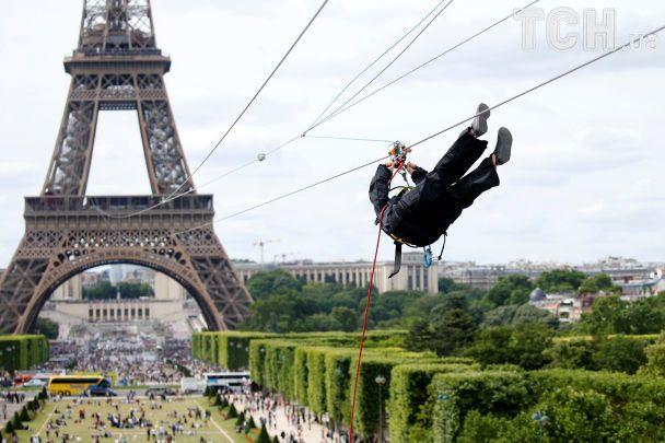 Із Ейфелевої вежі можна з'їхати на троллеї зі швидкістю до 90 кілометрів на годину