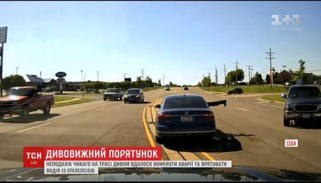 У США чоловік відвернув аварію, на ходу застрибнувши у машину з непритомним водієм