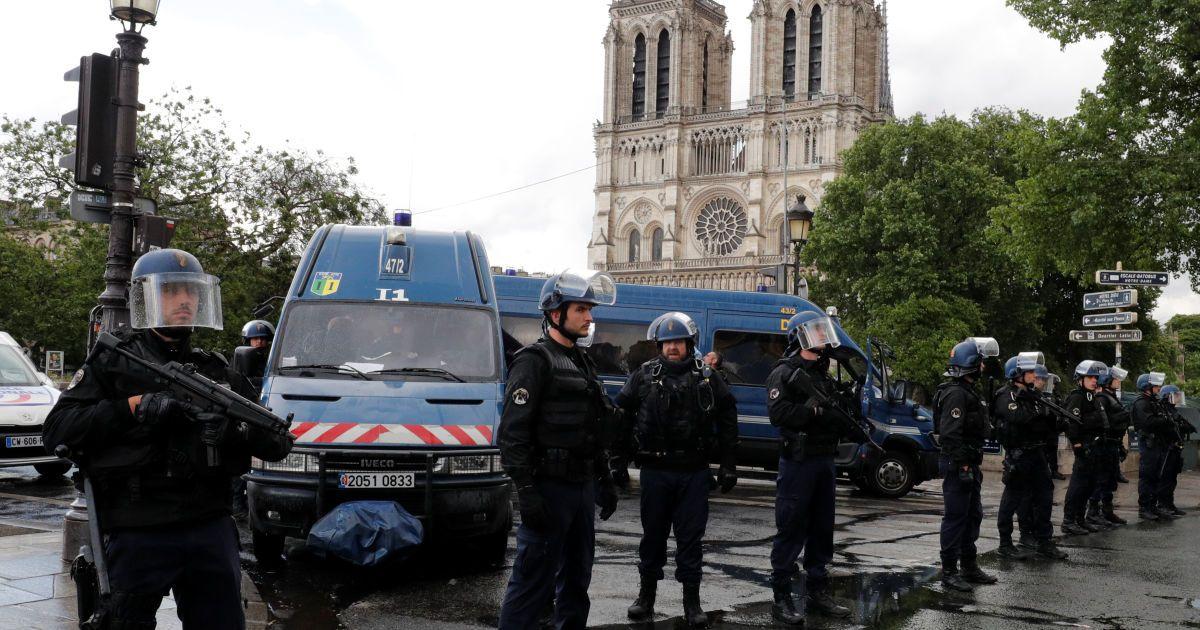 Полиция возле Нотр-Дама