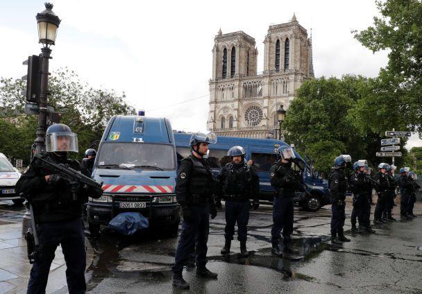 Напад з молотком і сотні заблокованих людей у Нотр-Дамі. З'явилися подробиці стрілянини у Парижі