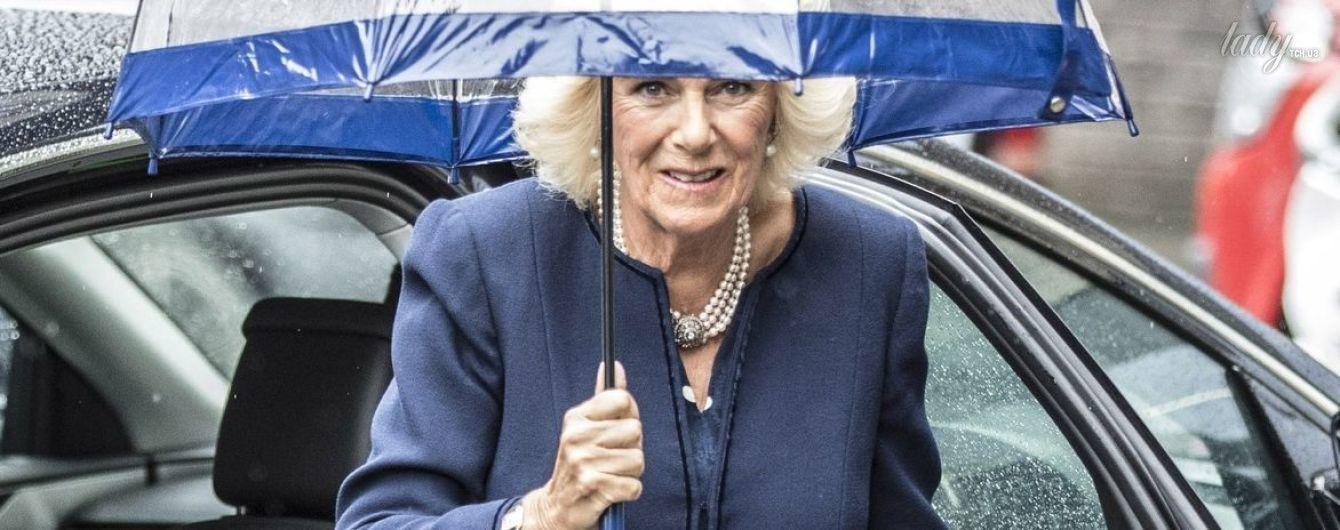 В синем наряде и светлых туфлях-лодочках: герцогиня Корнуольская продемонстрировала элегантный образ