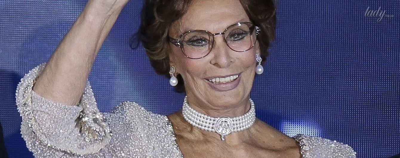 Еще ого-го: 82-летняя Софи Лорен вышла в свет в обтягивающем платье с откровенным декольте