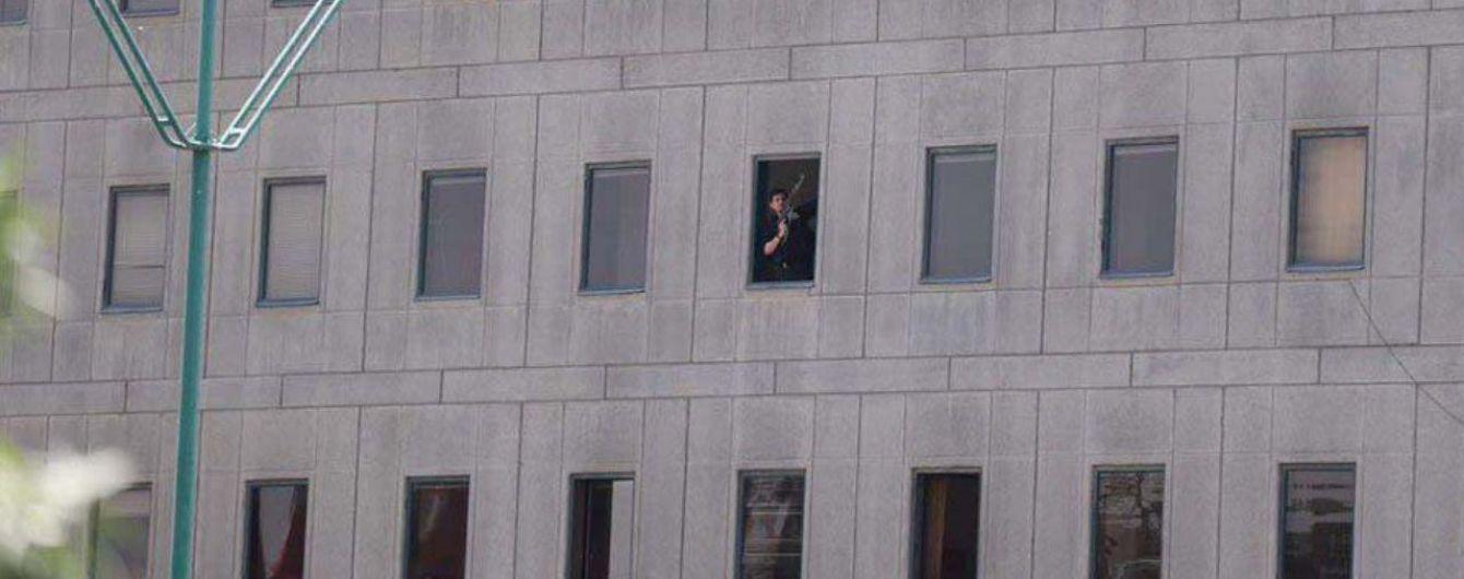 Один из нападавших на мавзолей Хомейни в Иране принял цианид, женщина-террорист взорвала себя - СМИ