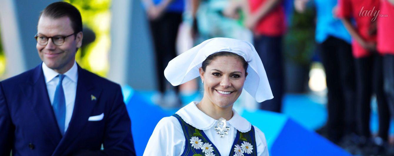 В национальных костюмах и с букетами: кронпринцесса Виктория и принцесса София на празднике в Стокгольме
