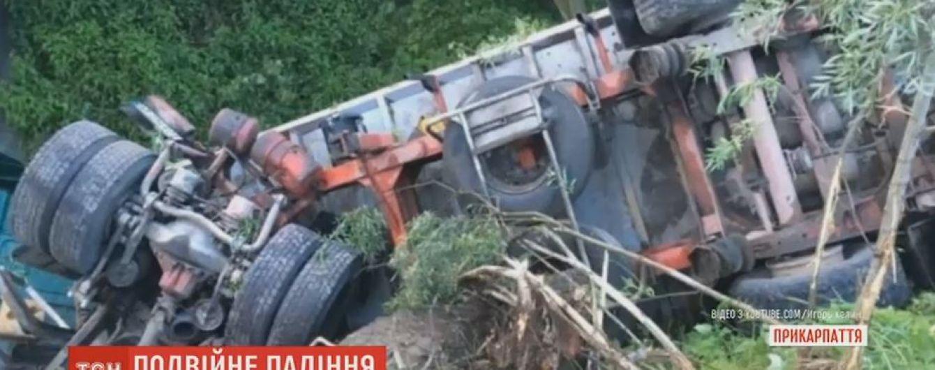 На Прикарпатье сразу два автомобиля по очереди слетели с моста