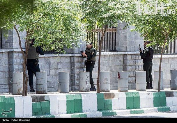 Численні жертви та спроби втечі з парламенту. Reuters показало фото з місця нападів в Ірані