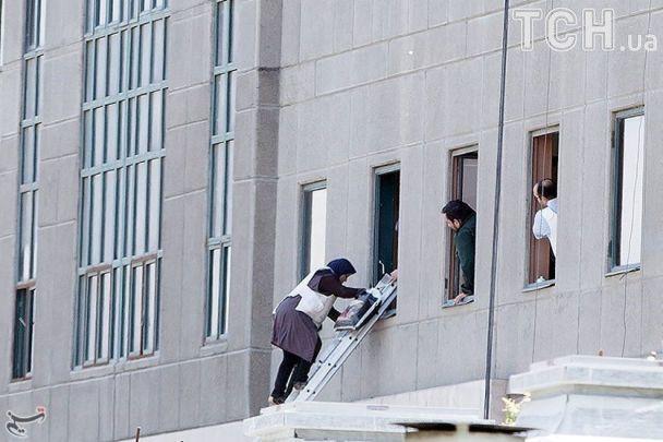 Многочисленные жертвы и попытки побега из парламента. Reuters показал фото с места нападений в Иране