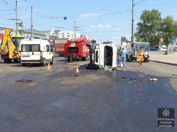У Харкові зіткнулися позашляховик та швидка з дитиною, від удару спецтранспорт перекинувся