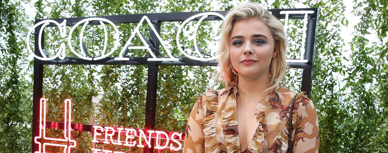 Старается быть стильной: Хлое Морец пришла на вечеринку в платье с изображениями лошадей