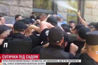 В Одесі судове засідання вилилося в розбиті двері, бійку зі сльозогінним газом і перекритий проспект