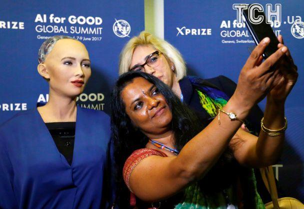 Искусственный интеллект: в Швейцарии робот София давал интервью и фотографировался с желающими