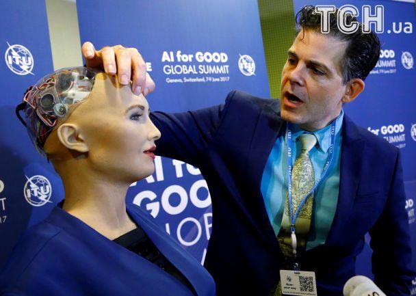Штучний інтелект: у Швейцарії робот Софія давав інтерв'ю і фотографувався із охочими