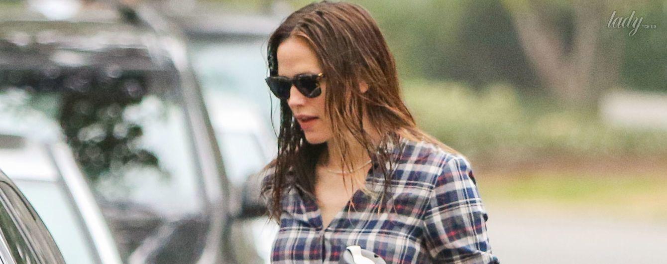 О внешнем виде не заботится: Дженнифер Гарнер снова вышла на улицу с мокрыми волосами