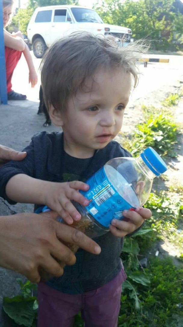 Мати-зозуля: на Донеччині жінка залишила двох дітей біля магазину і втекла на автобусі
