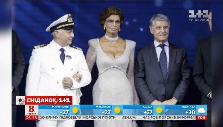 Софи Лорен поразила изысканным белым платьем