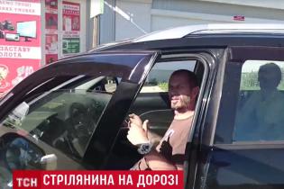 Под Киевом водитель Mitsubishi Outlander остановил микроавтобус и начал стрельбу