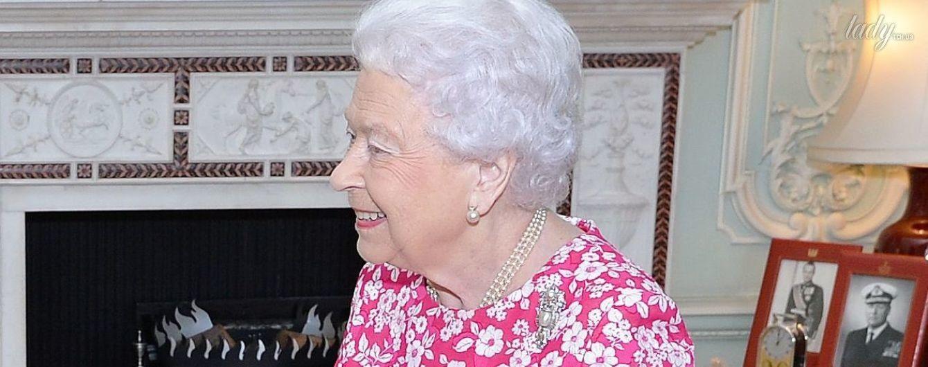 Теперь в розовом: новый яркий образ 91-летней королевы Елизаветы II