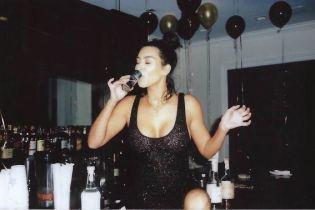 Ушла в отрыв: Кардашян в бикини выпила текилы прямо из бутылки