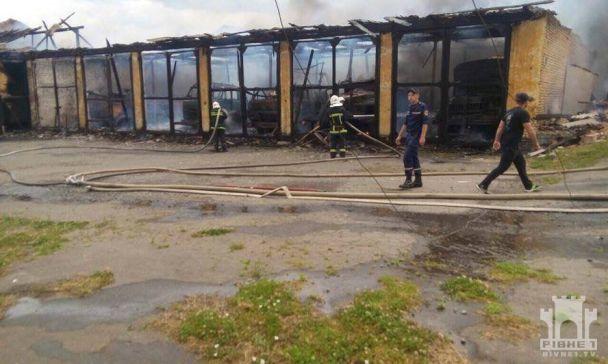 У Рівному спалахнули військові гаражі