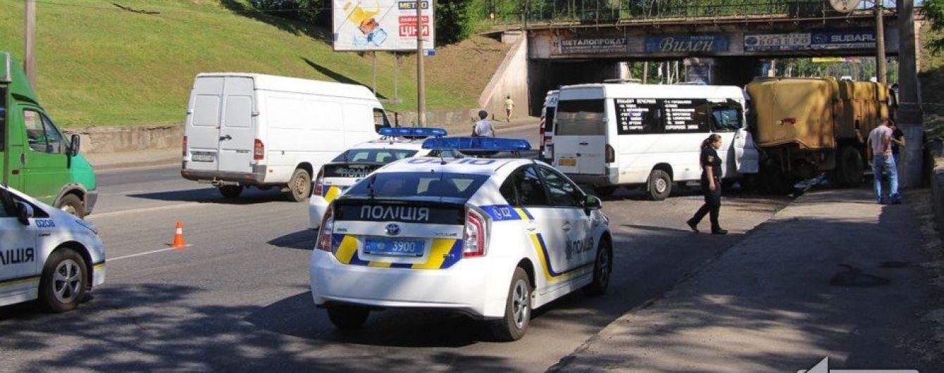 В Кривом Роге маршрутка с пассажирами влетела в мусоровоз