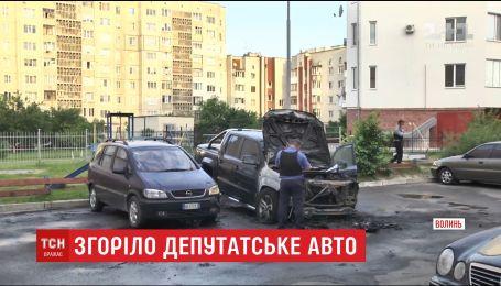 У Луцьку удосвіта в дворі багатоповерхівки загорілось авто нардепа Ігоря Лапіна