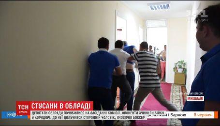 У Миколаєві депутати влаштували бійку у коридорі облради