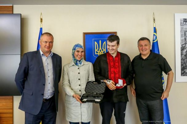 """Аваков подарував Окуєвій """"Глок"""" замість """"Макарова"""", який зупинив кілера"""